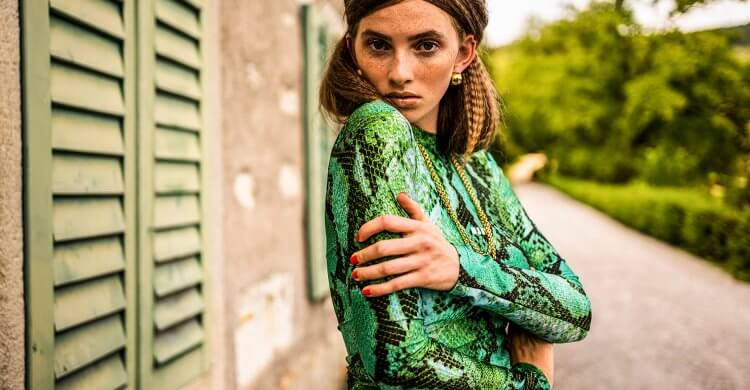 Model in grün